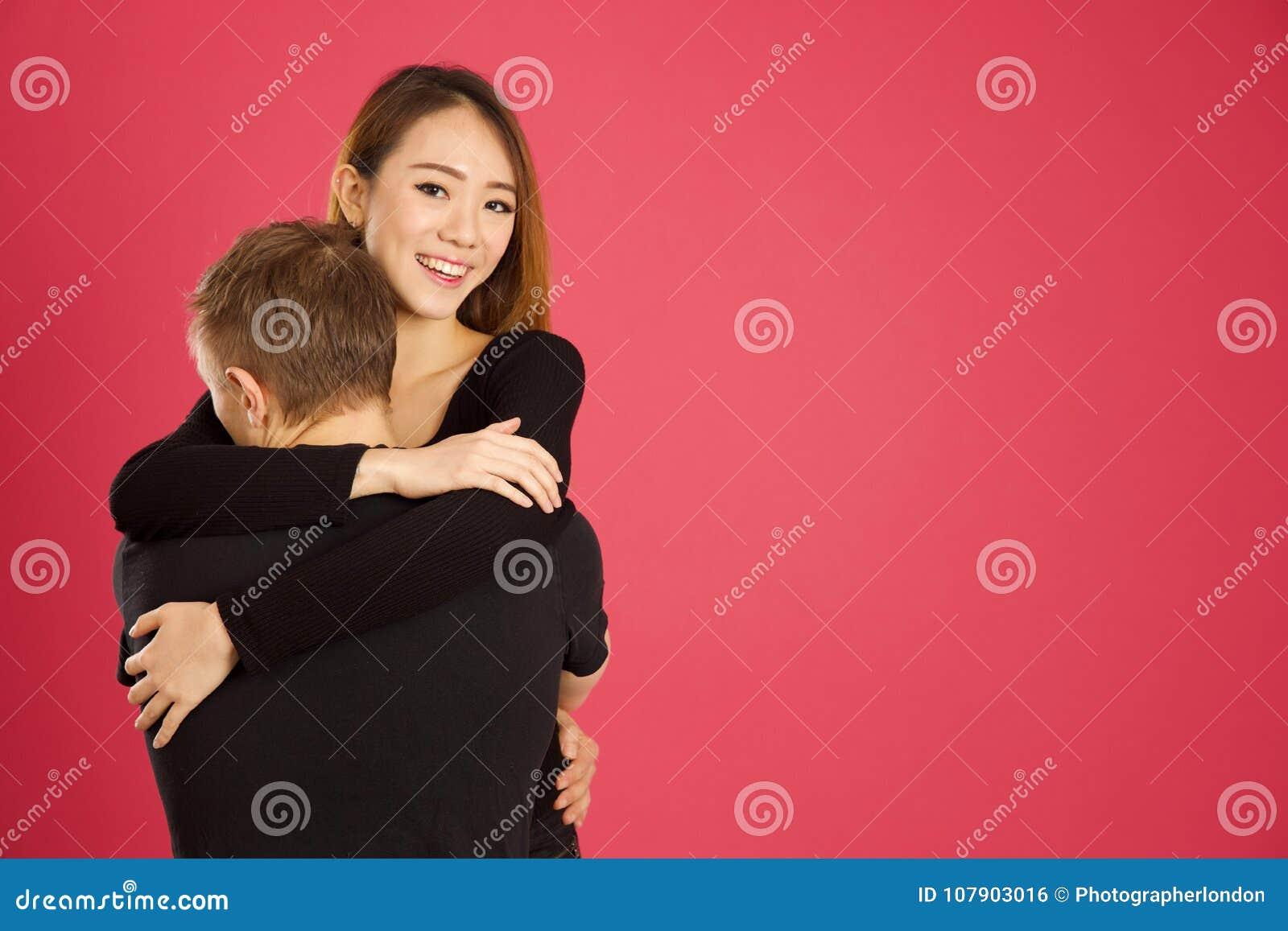Bella ragazza asiatica che ottiene un grande abbraccio