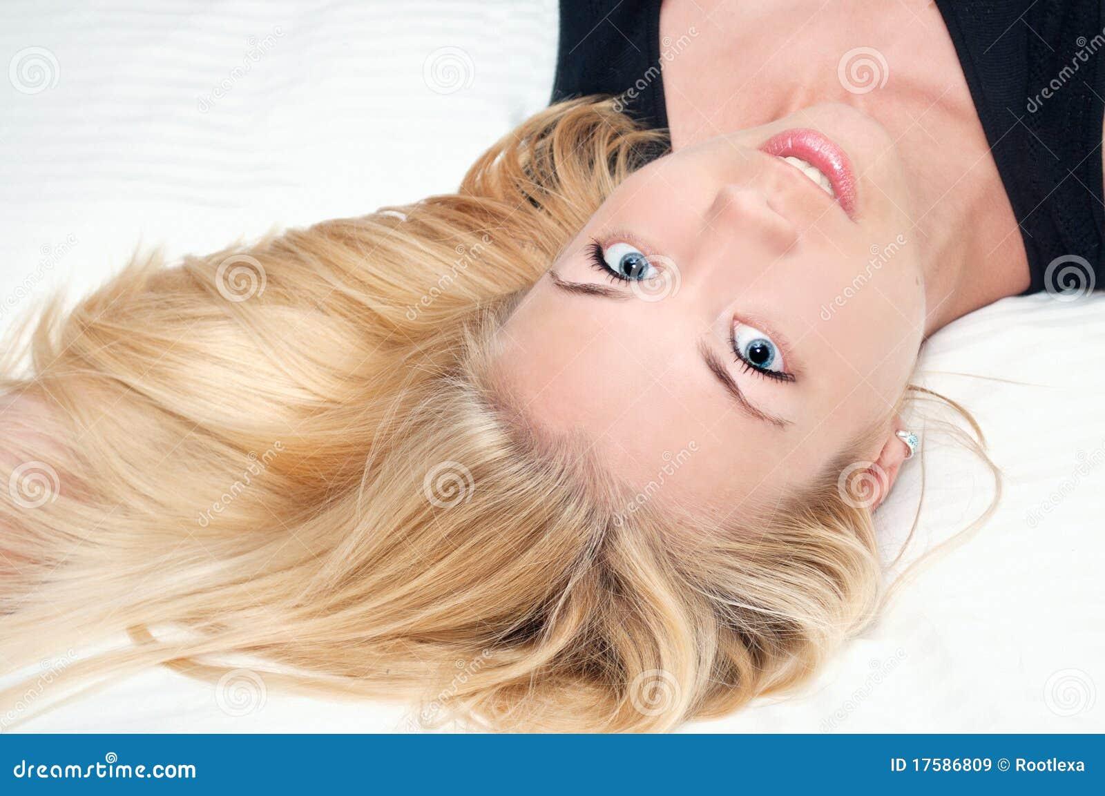 Bella ragazza con i capelli neri scopa