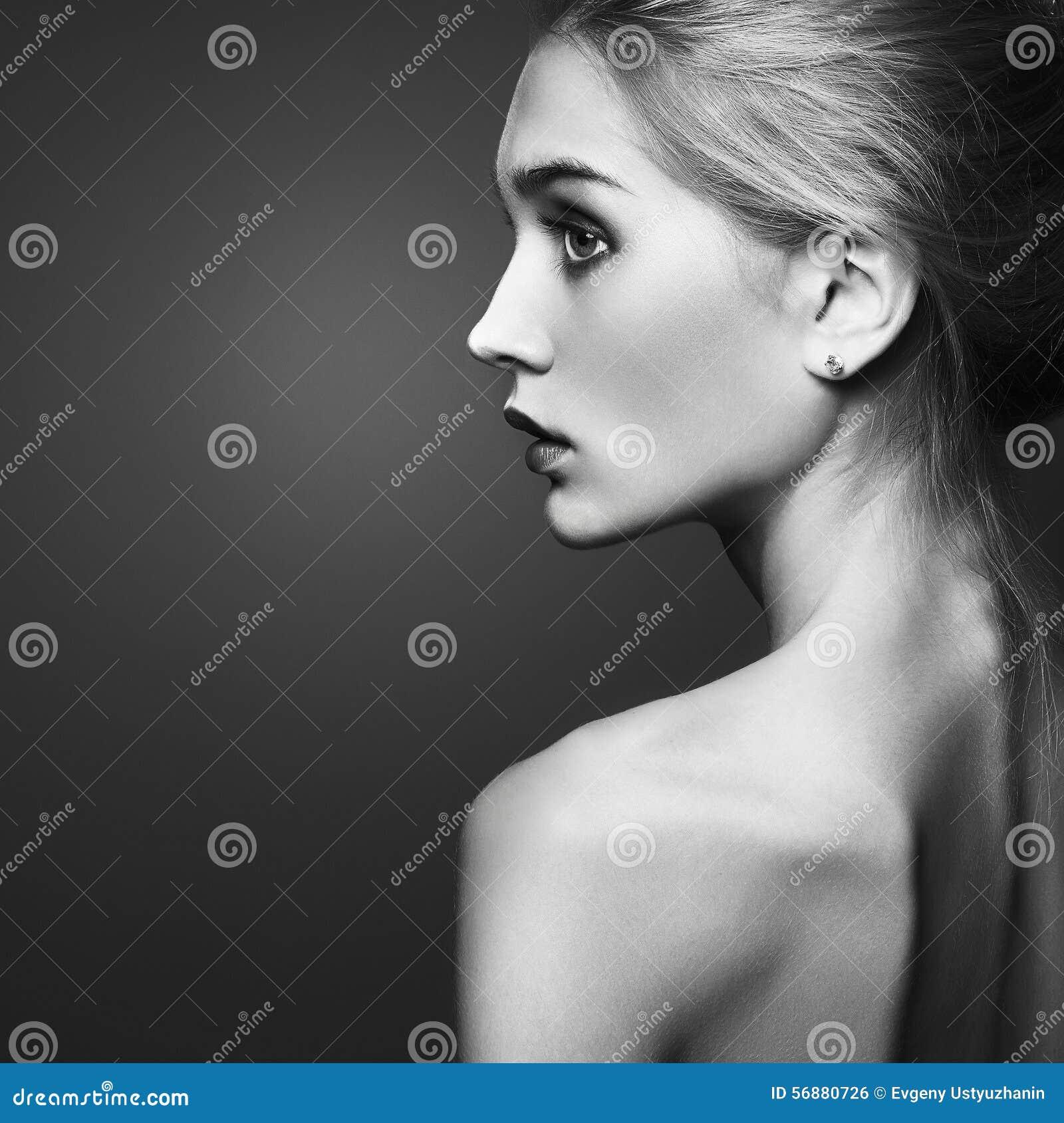 Bella ragazza bionda ritratto di monocromio di modo del primo piano