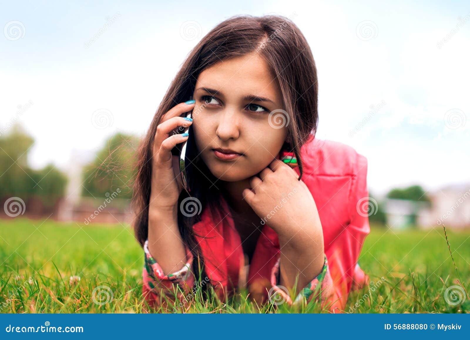 Bella ragazza che comunica sul telefono