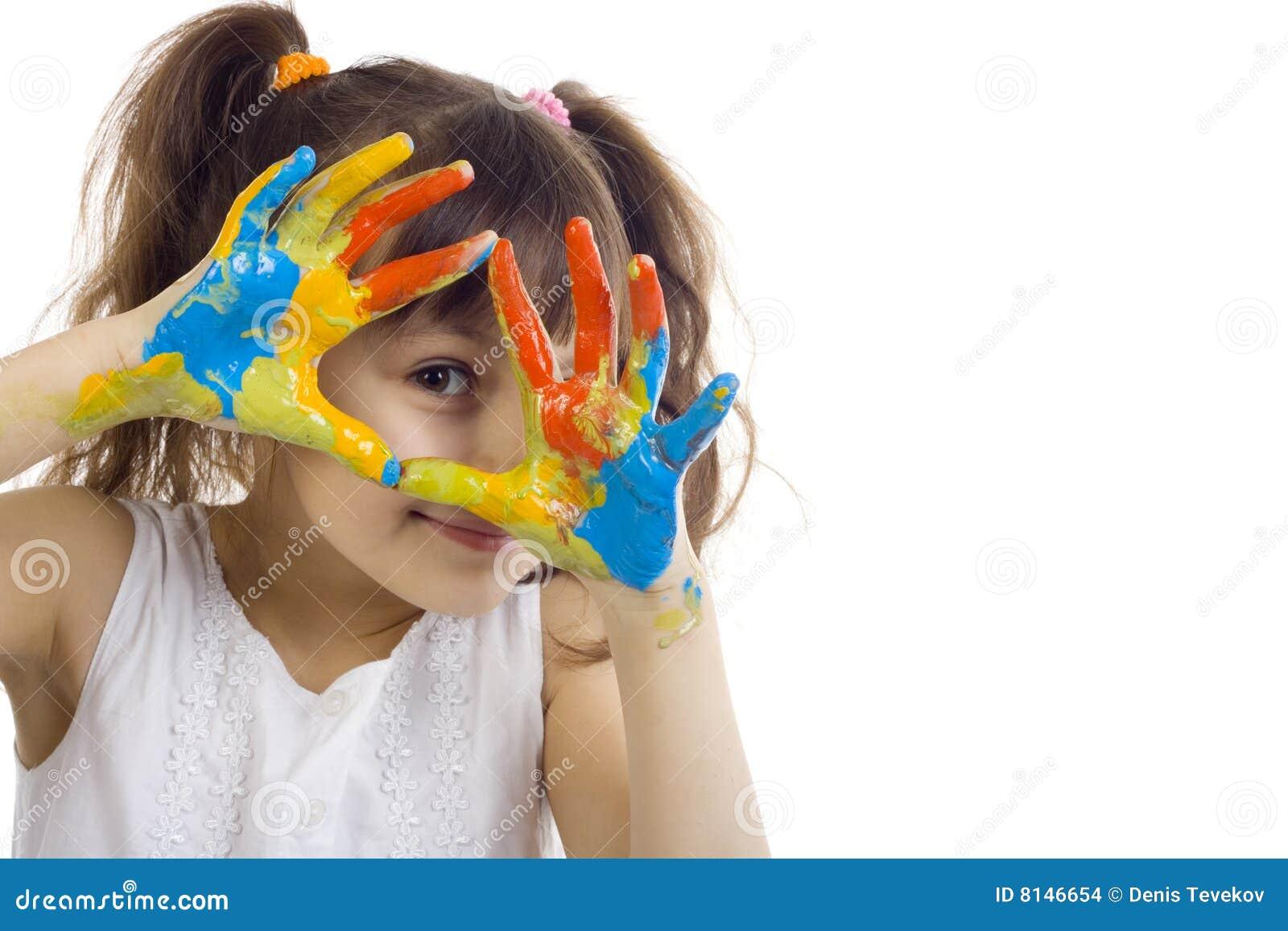 Bella ragazza che gioca con i colori