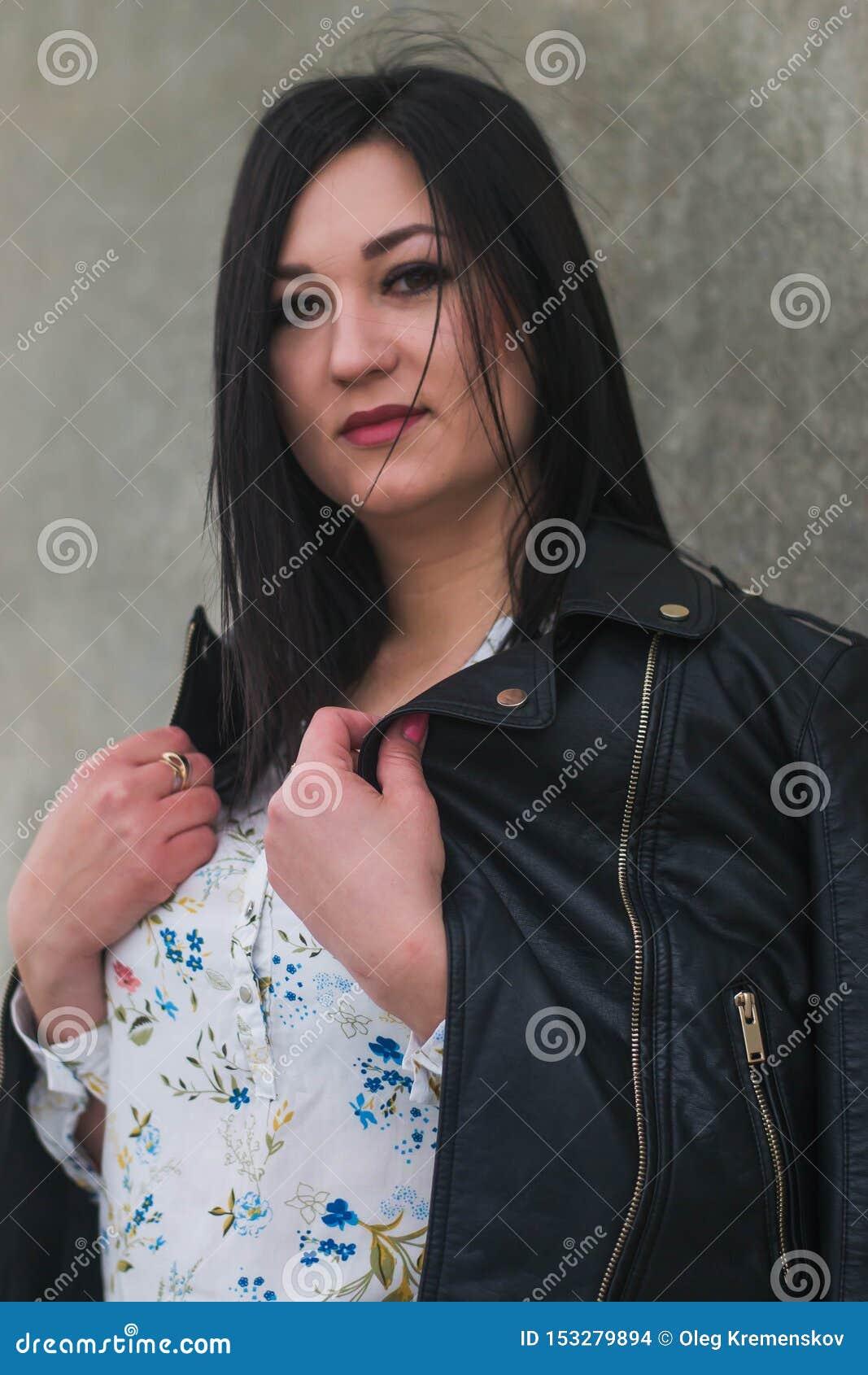 Bella ragazza che posa contro il contesto del fiume