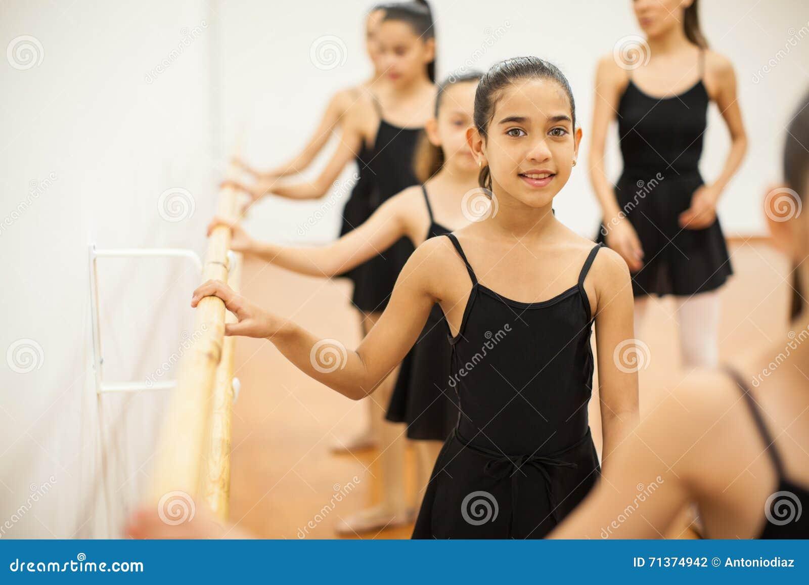 Bella ragazza che prende le lezioni di ballo ad una scuola