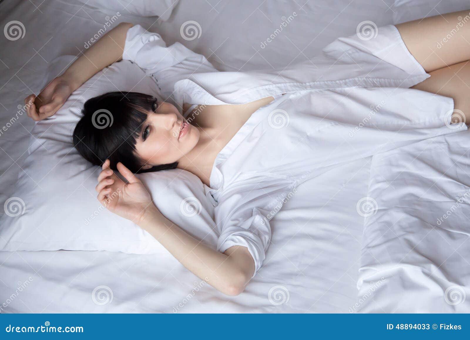 Bella ragazza che si riposa a letto immagine stock immagine di sveglio erotic 48894033 - Giochi che si baciano a letto ...