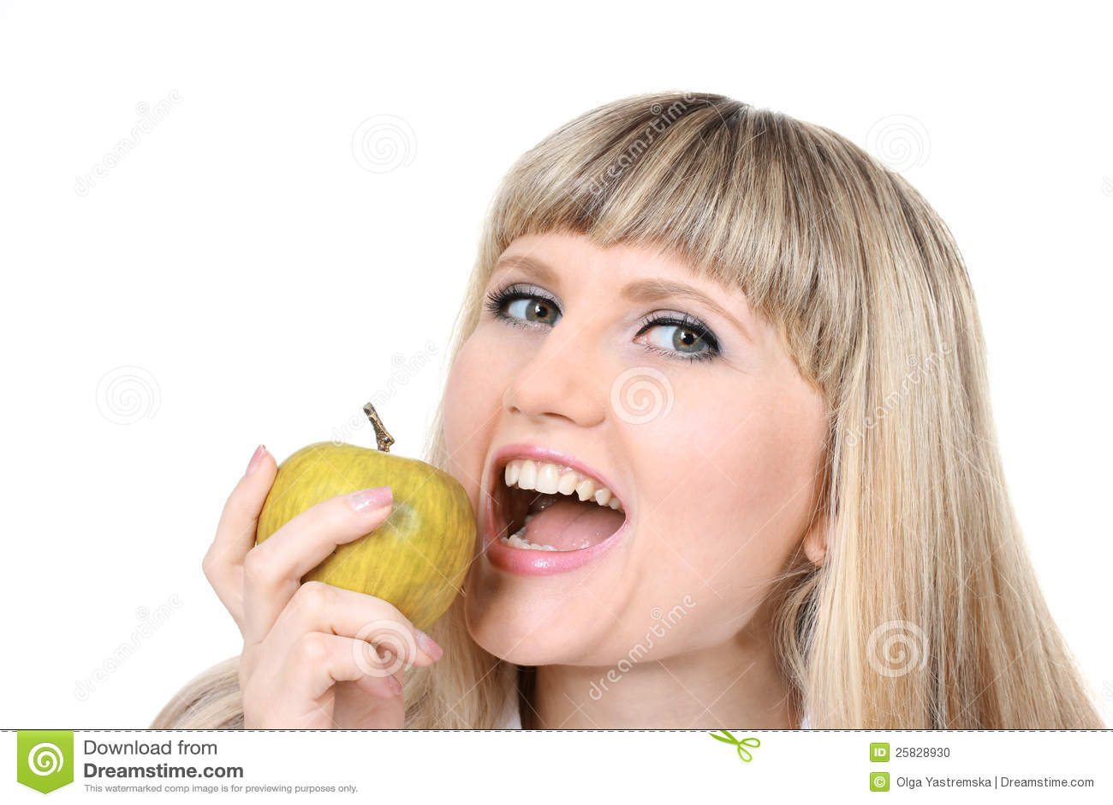 Bella ragazza che tiene mela verde