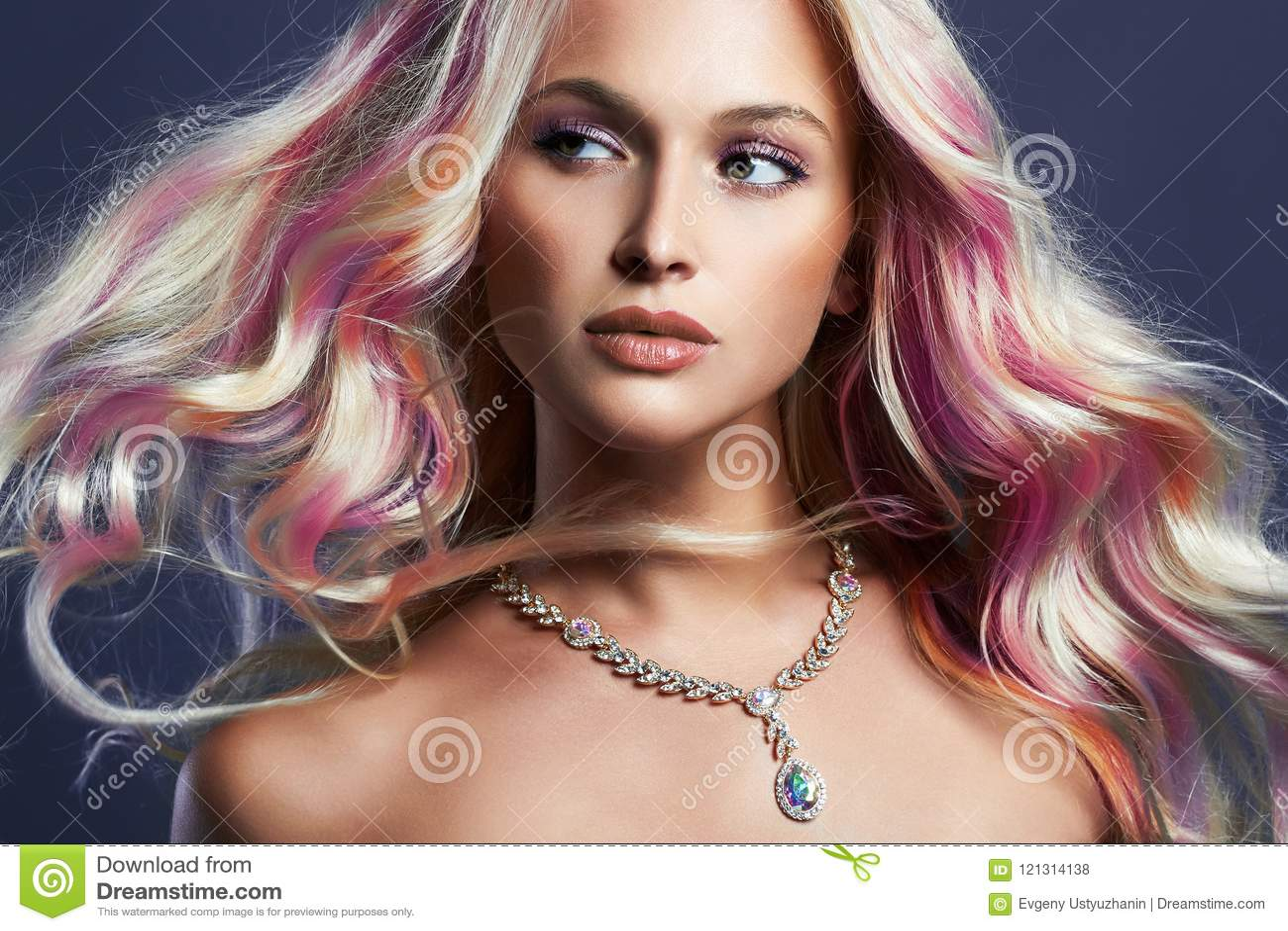 Bella ragazza con capelli variopinti e gioielli
