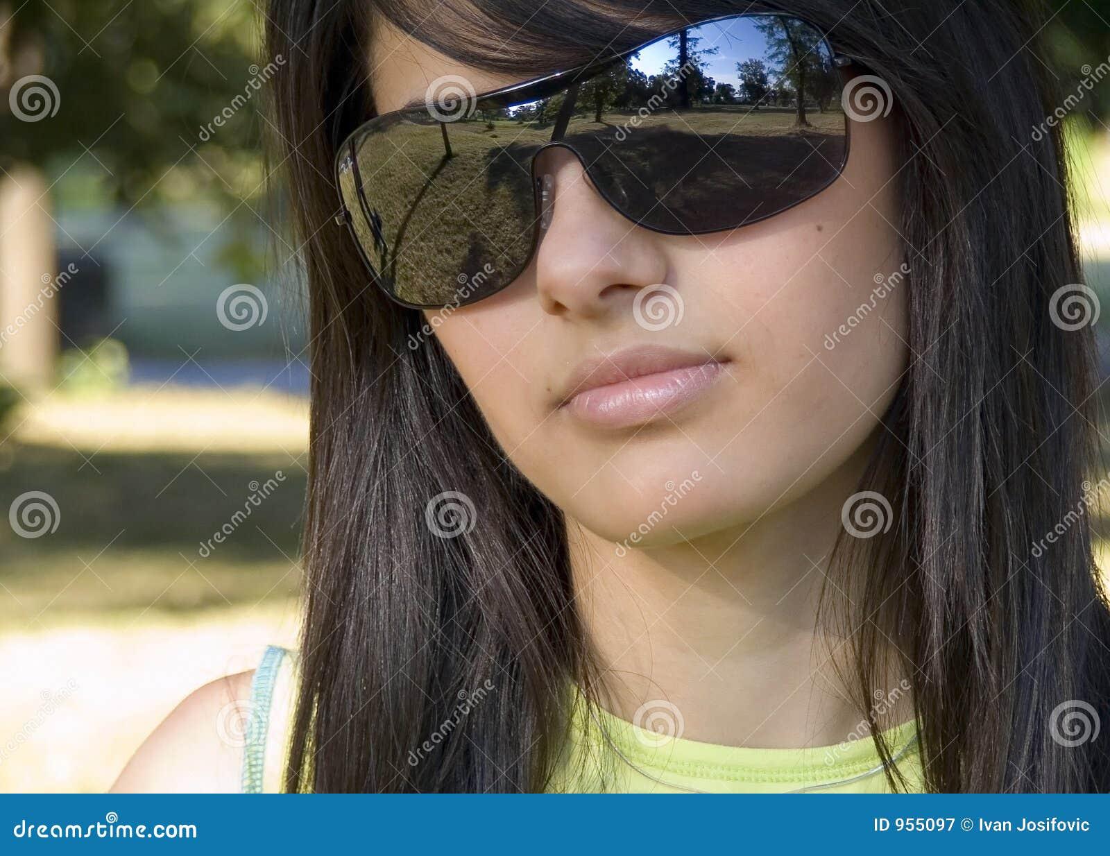 più amato 477b3 43b5c Bella Ragazza Con Gli Occhiali Da Sole Immagine Stock ...