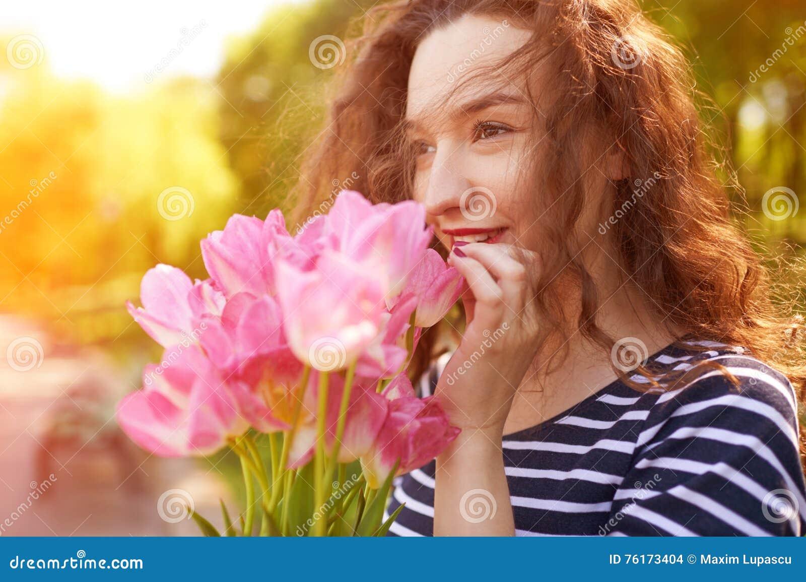 Bella ragazza con i tullips di rosa del mazzo fotografia for Progetti di costruzione del mazzo