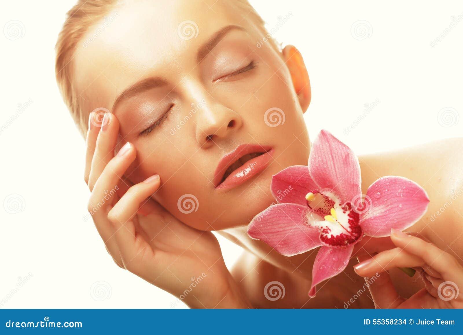 Bella ragazza con il fiore dell orchidea