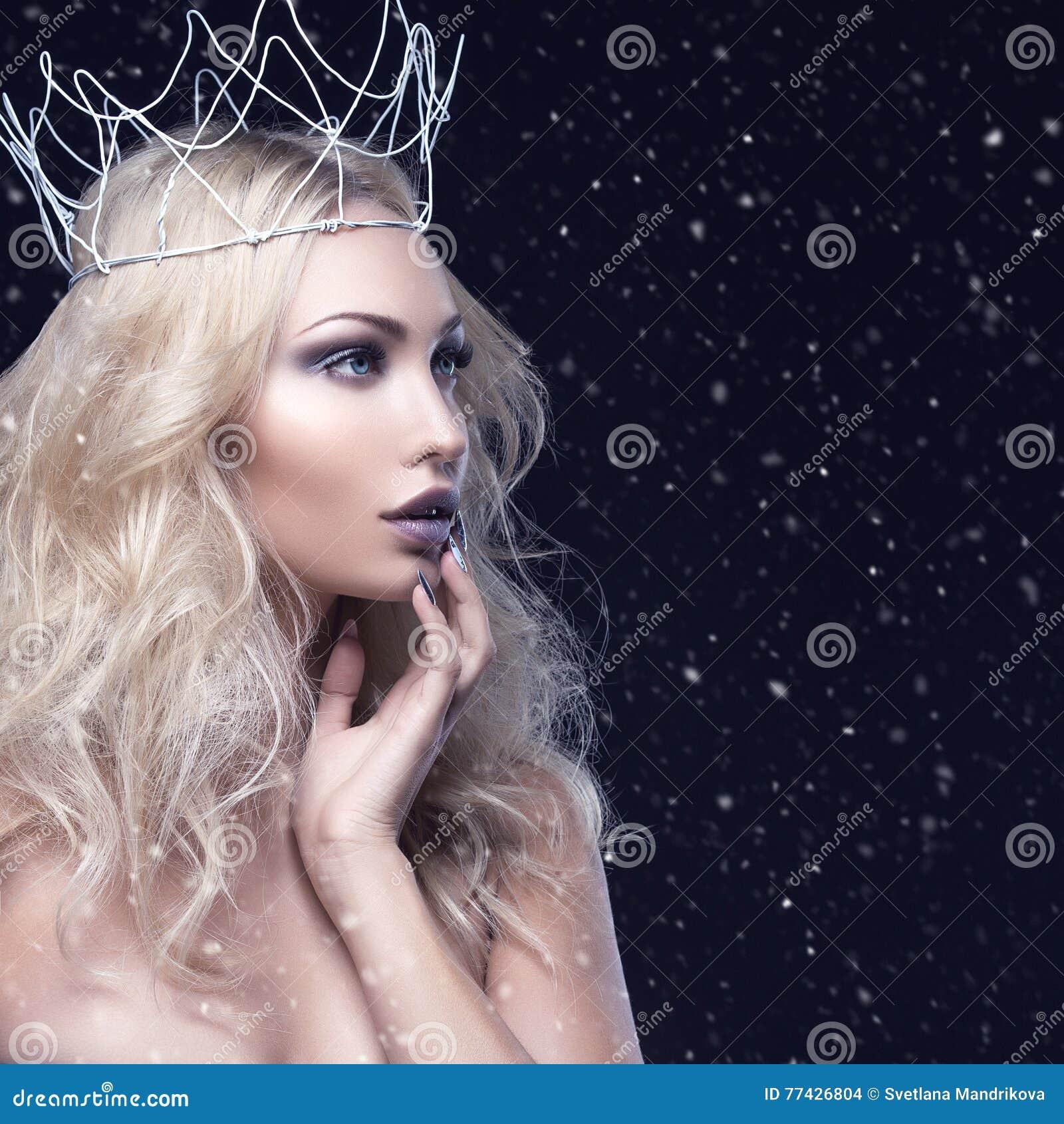 Bella ragazza con la corona