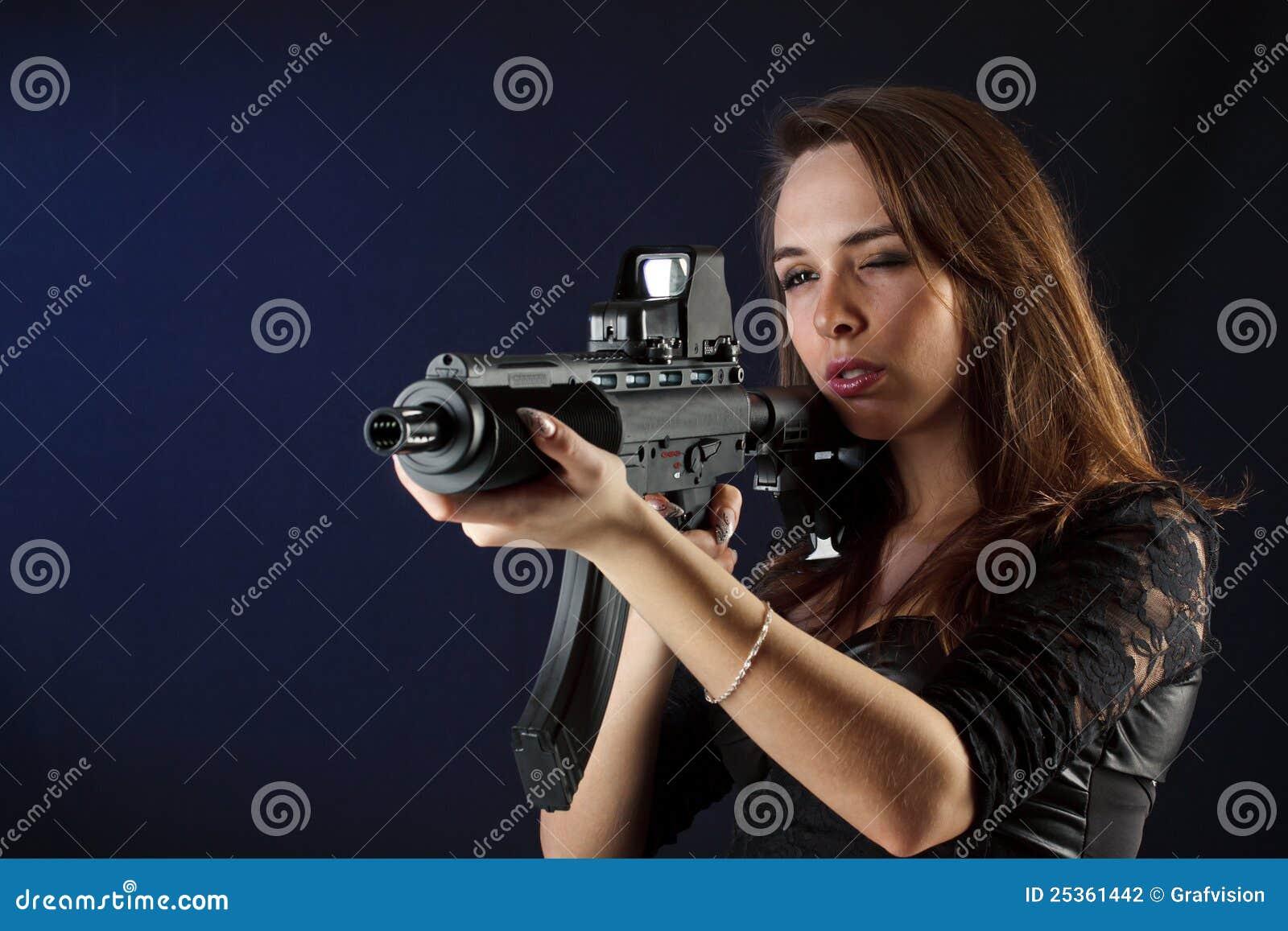 Bella ragazza con la pistola