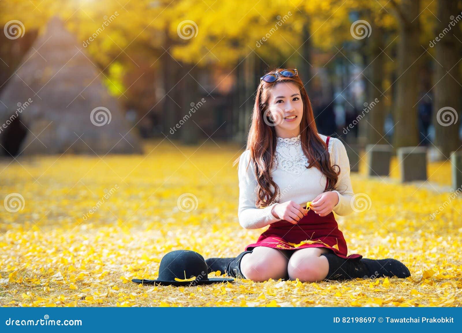 Bella ragazza con le foglie di giallo in Nami Island, Corea