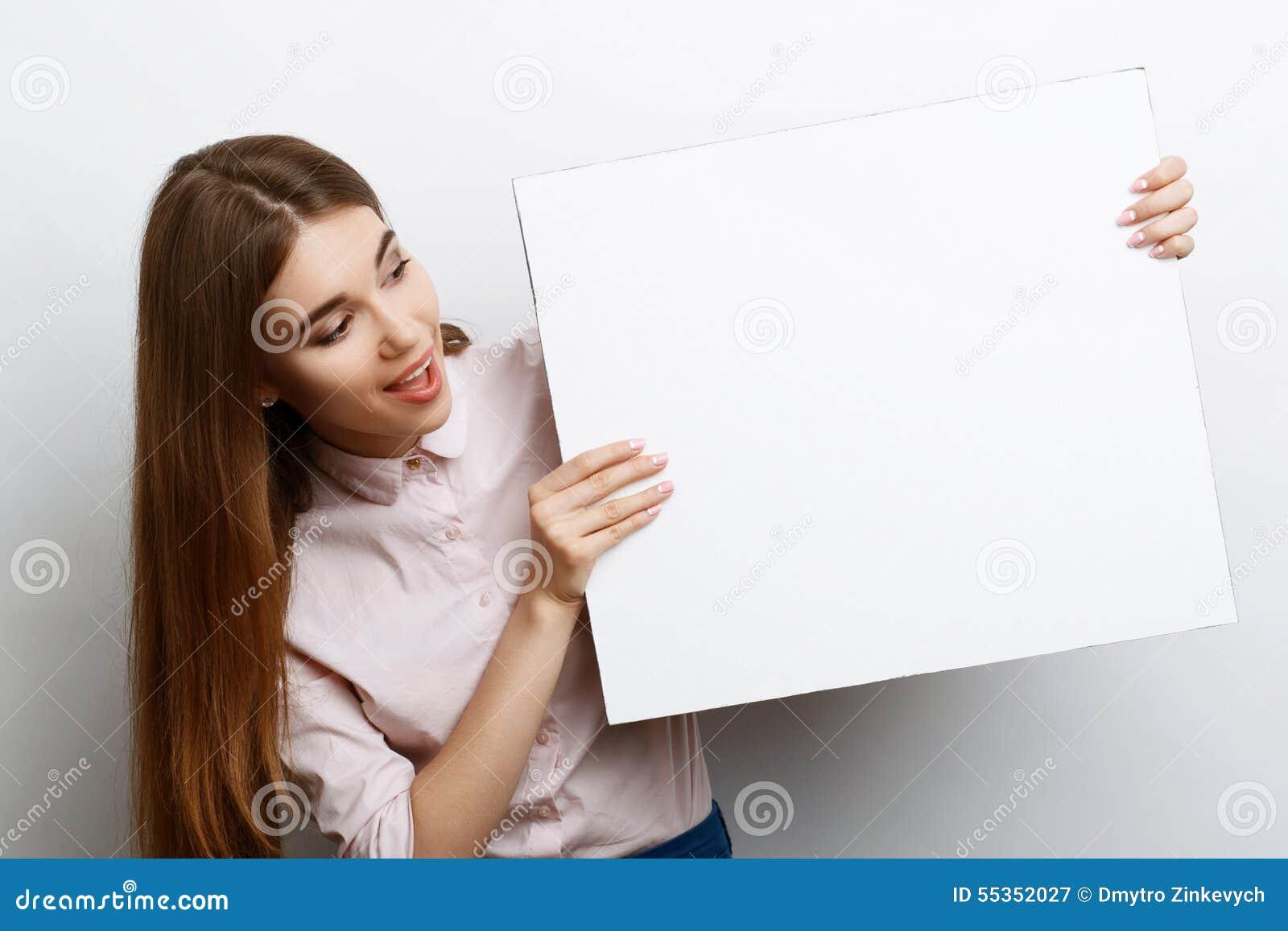 Bella ragazza con lo spazio della copia