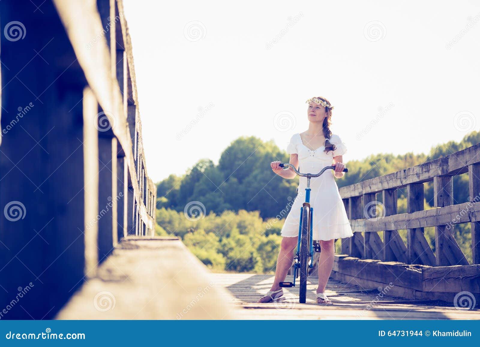 Bella ragazza con una bicicletta