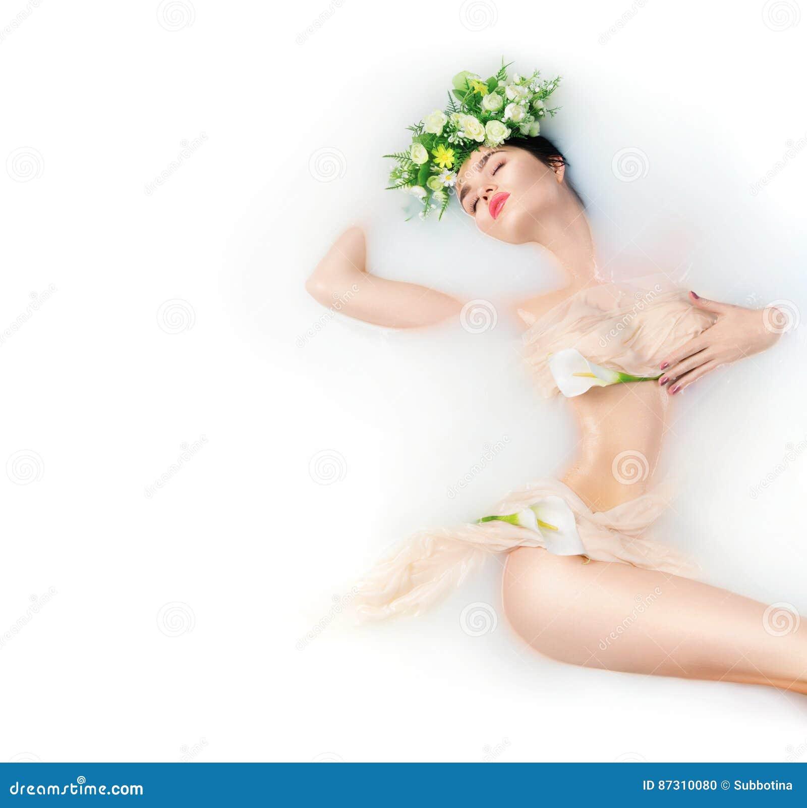 Bella ragazza del modello di moda che prende il bagno del latte