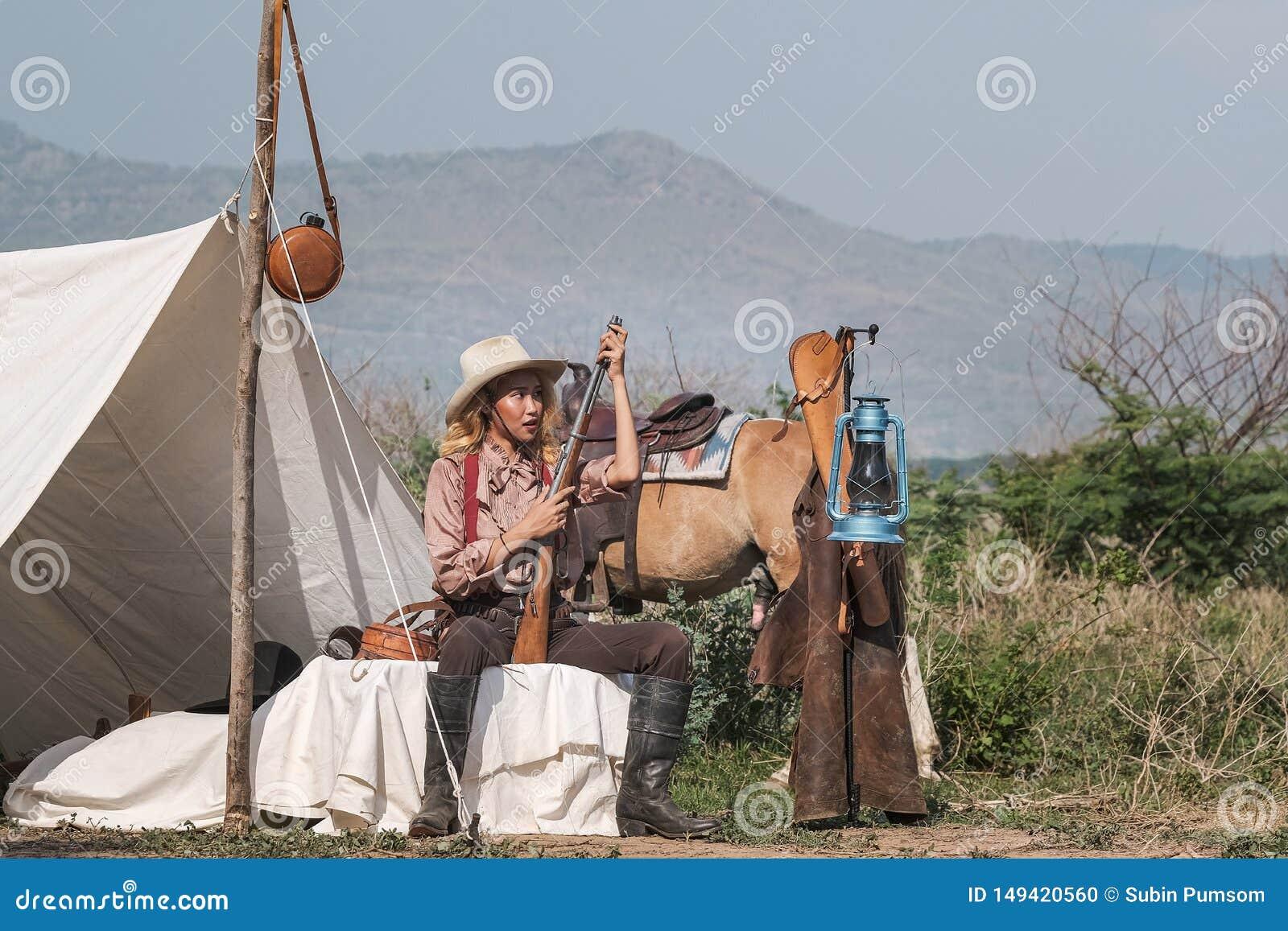 Bella ragazza dell Asia che prende cura del suo cavallo con preoccuparsi di amore