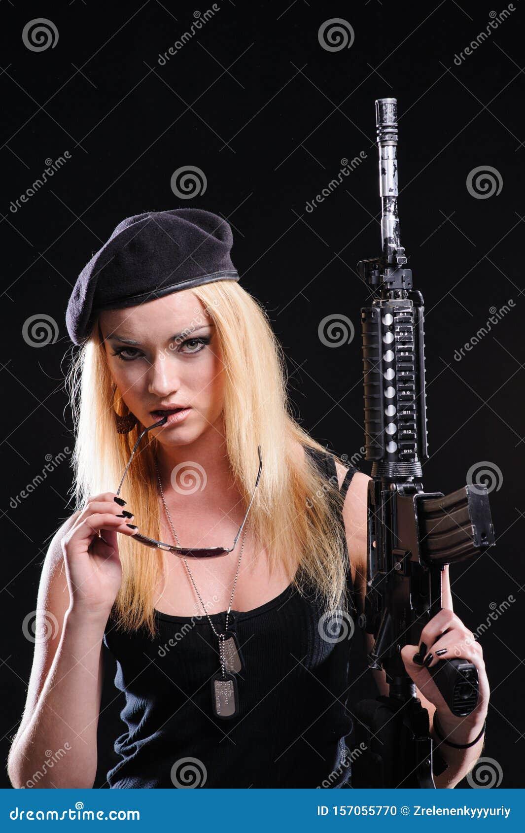 Bella Ragazza Dell'esercito Con La Pistola Fotografia ...