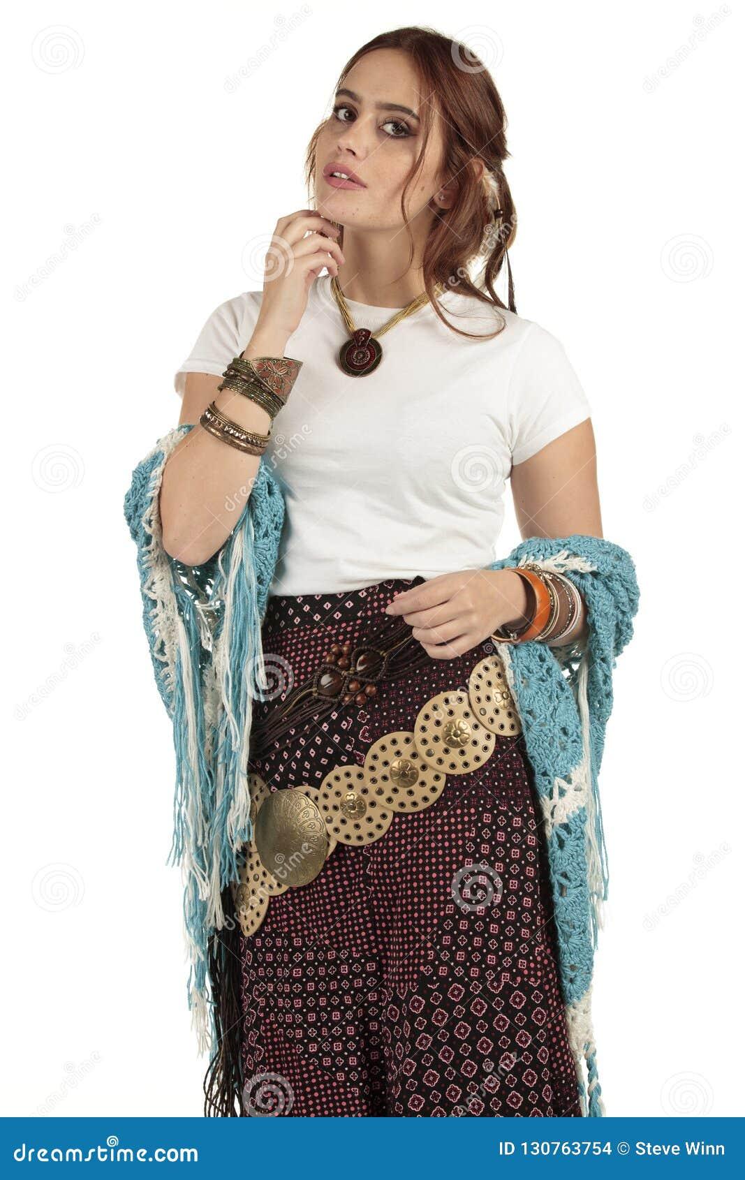 Bella ragazza di boho del hippy che porta una maglietta bianca normale in un festival pronto per la vostra progettazione