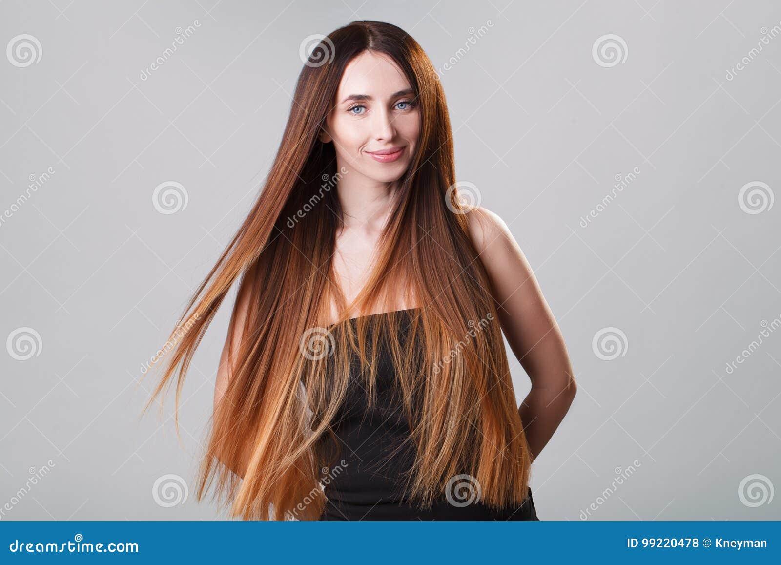 Bella ragazza di modello con i capelli lunghi diritti di volo del ombre  brillante di marrone 268ff90feade