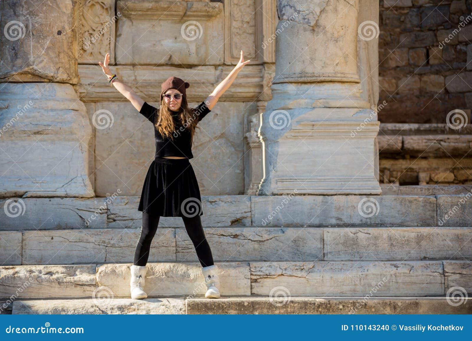 Bella ragazza greca che tiene una nave antica nel teatro antico dell isola di Thassos, Grecia