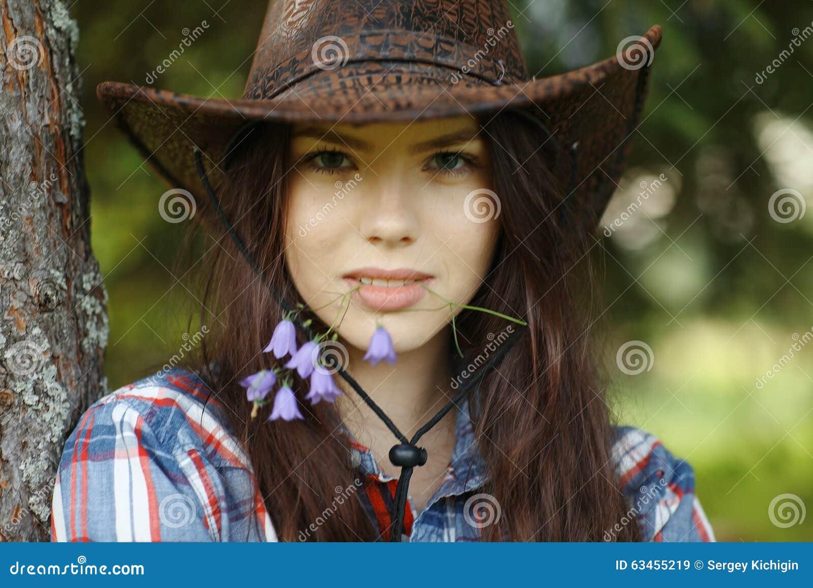 Bella ragazza nello stile rustico