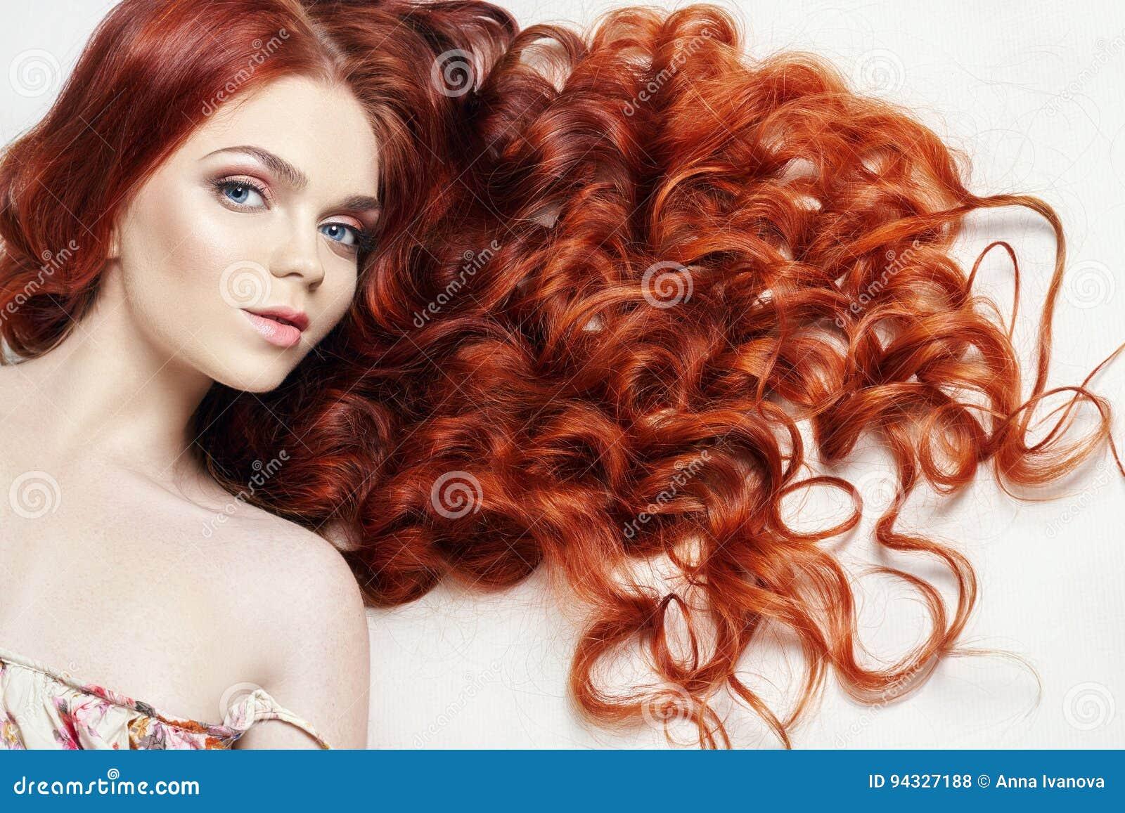 Bella ragazza nuda sexy della testarossa con capelli lunghi Ritratto perfetto della donna su fondo leggero Capelli splendidi ed o