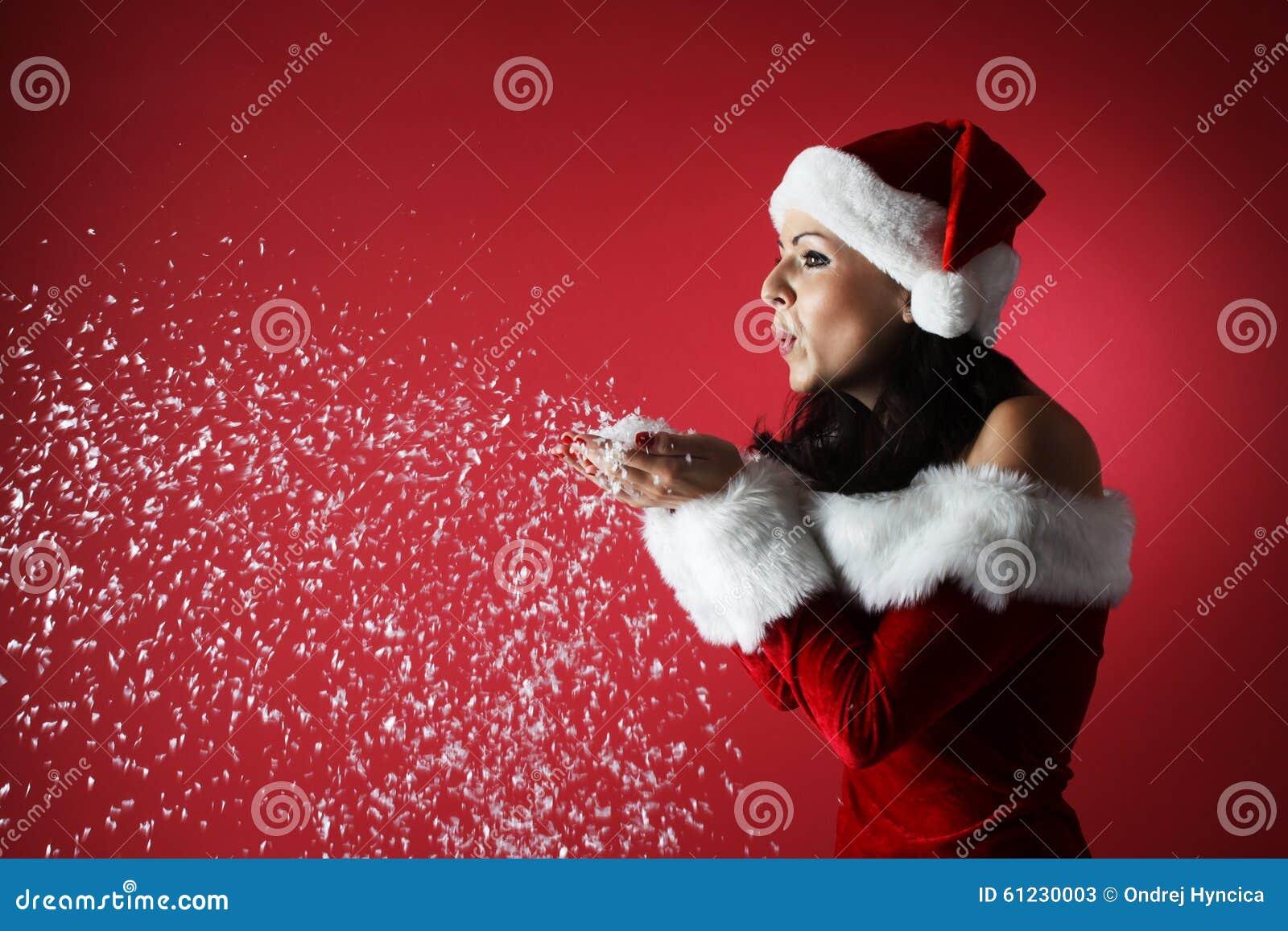 Bella ragazza sexy che porta i vestiti del Babbo Natale