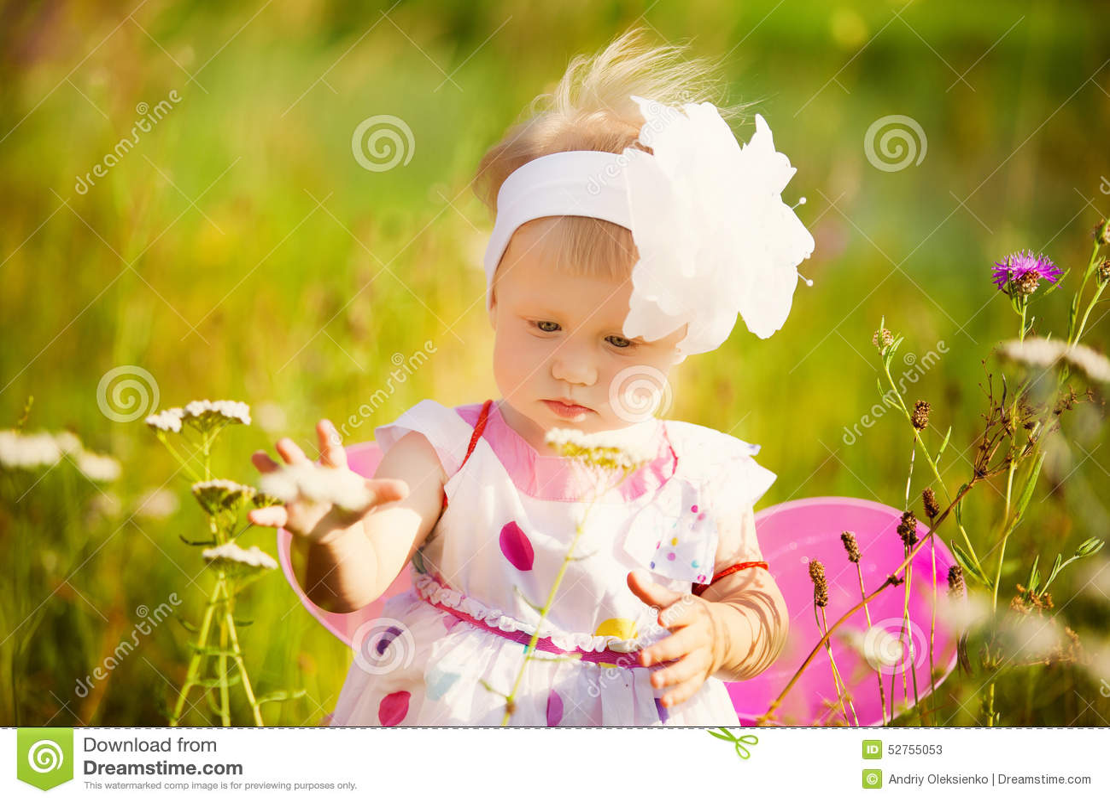 Bella ragazza spensierata che gioca all aperto nel campo con l alto gree