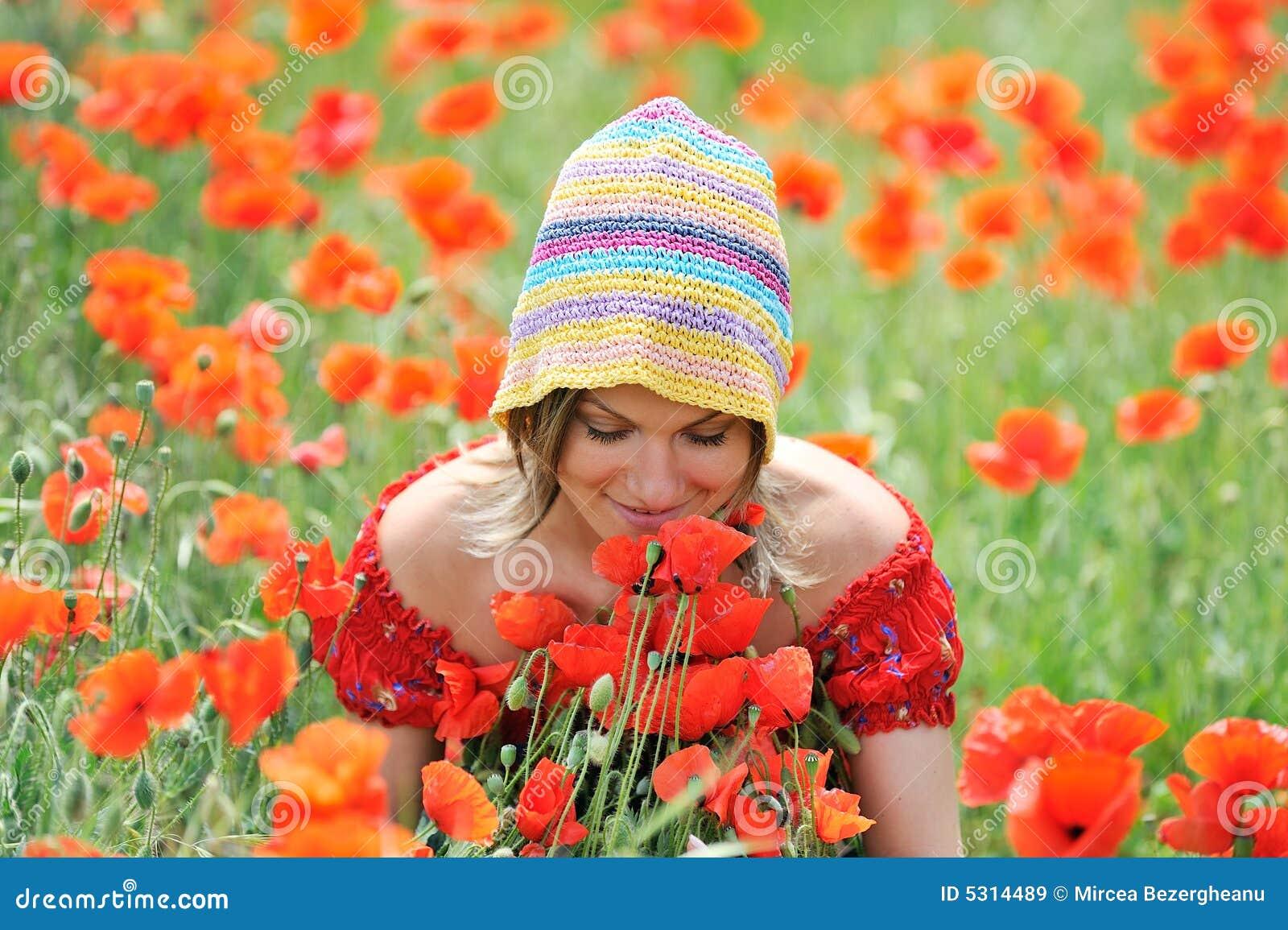 Download Bella Ragazza Su Un Campo Con I Papaveri Immagine Stock - Immagine di prato, ragazza: 5314489