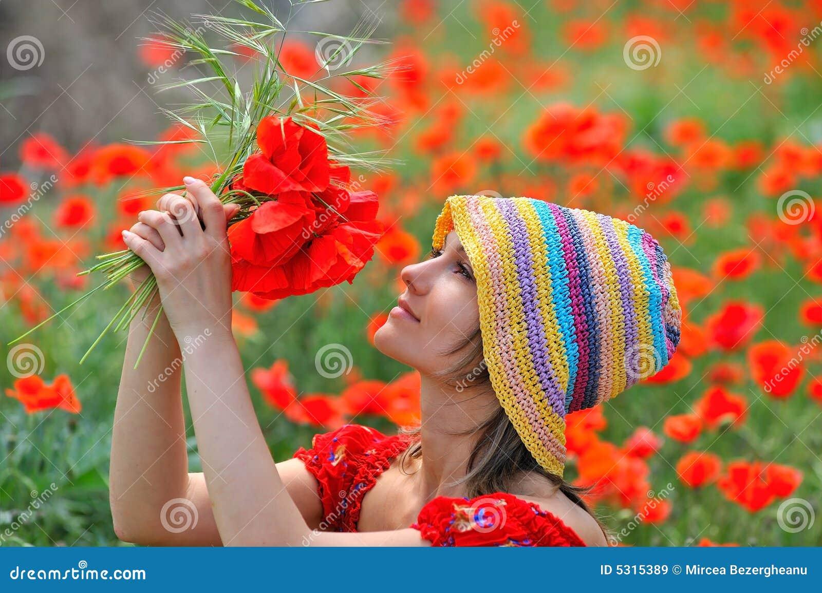 Download Bella Ragazza Su Un Campo Con I Papaveri Immagine Stock - Immagine di verde, faccia: 5315389