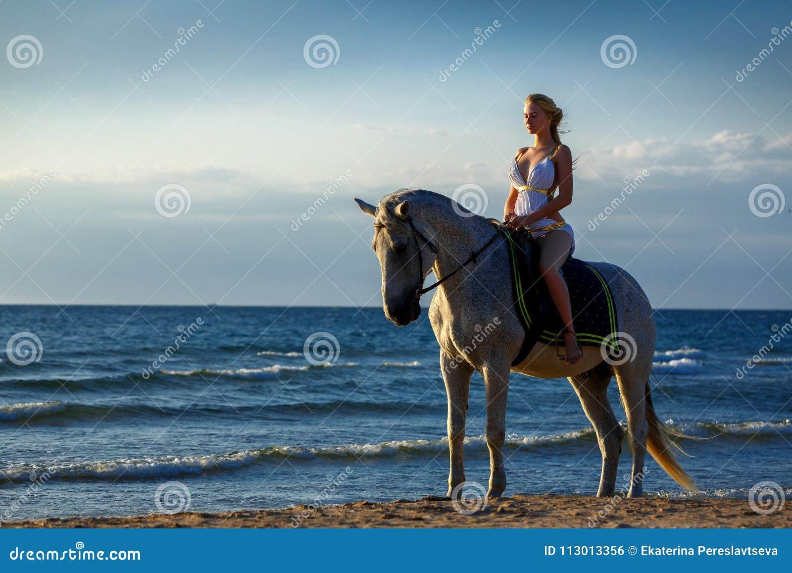 best website 7a26a f9f5a Bella Ragazza Su Un Cavallo Bianco Su Fondo Del Mare, In Un ...