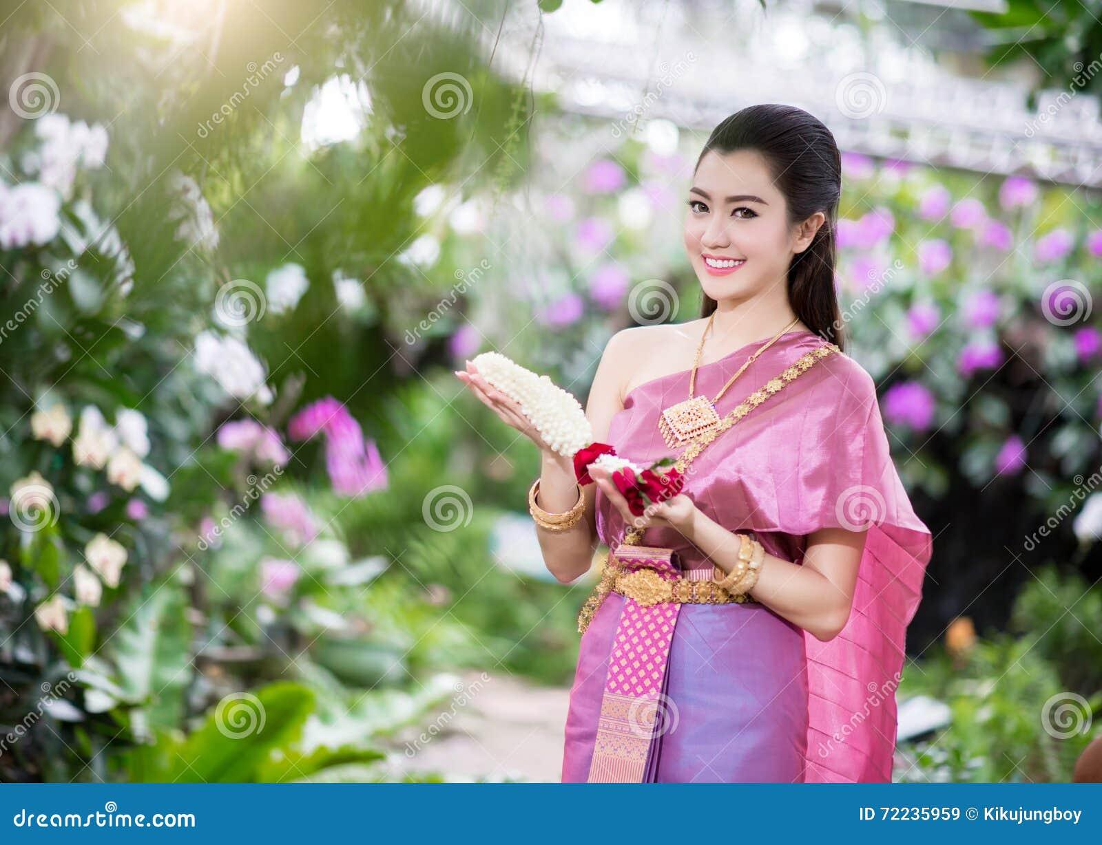 Bella ragazza tailandese in costume tradizionale tailandese