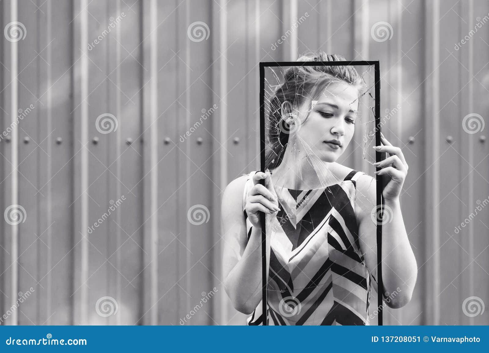 Bella ragazza teenager che tiene vetro rotto in sue mani concetto per sormontare le sfide nell adolescenza