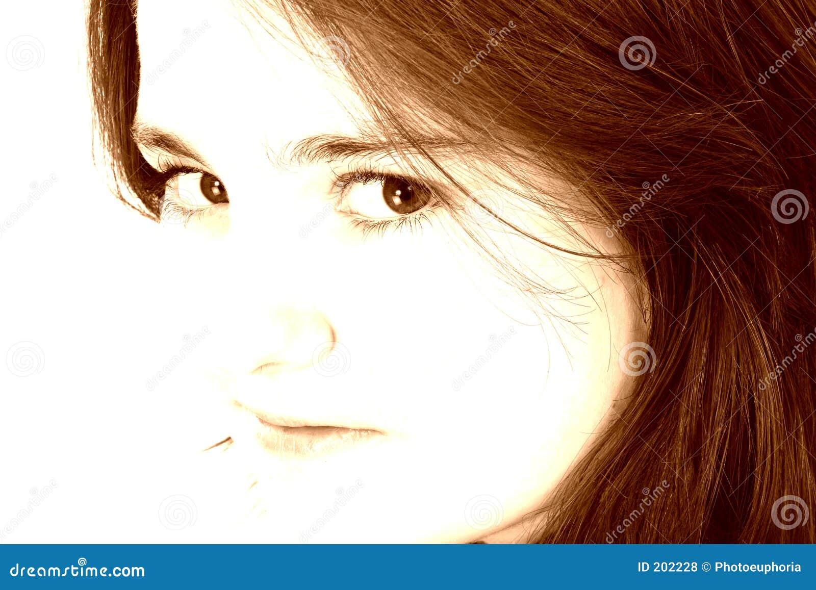 Bella ragazza teenager nei toni del Brown