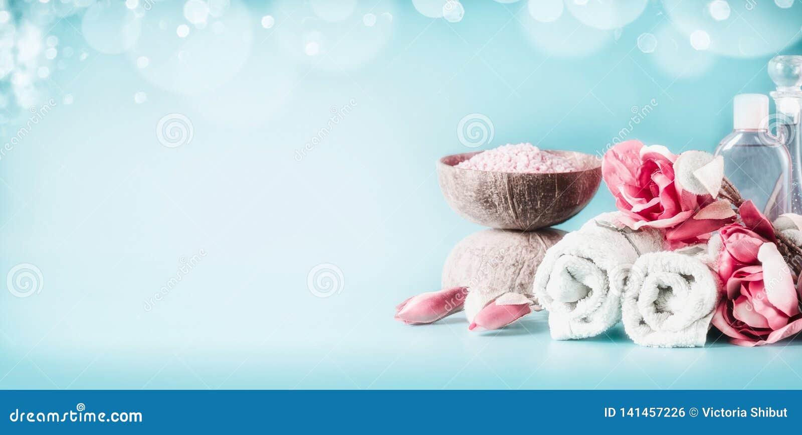 Bella regolazione bianca rosa della stazione termale con gli asciugamani, i fiori, le candele, il sale marino ed i cosmetici di c