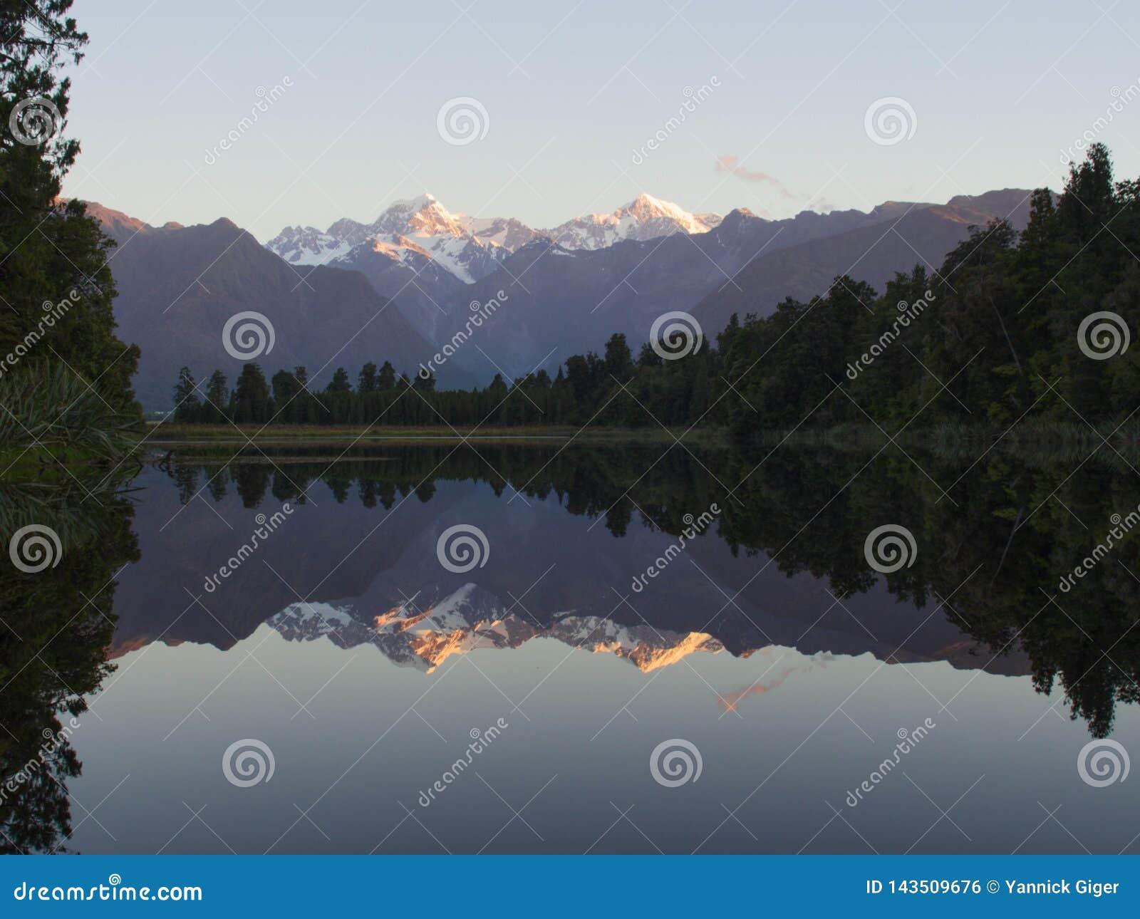 Bella riflessione del lago Matheson al tramonto