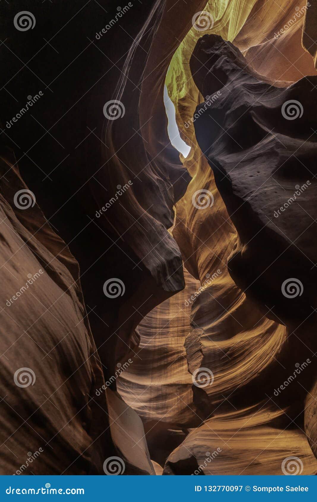 Bella scanalatura giallo arancione dell arenaria con roccia a spirale verso il cielo
