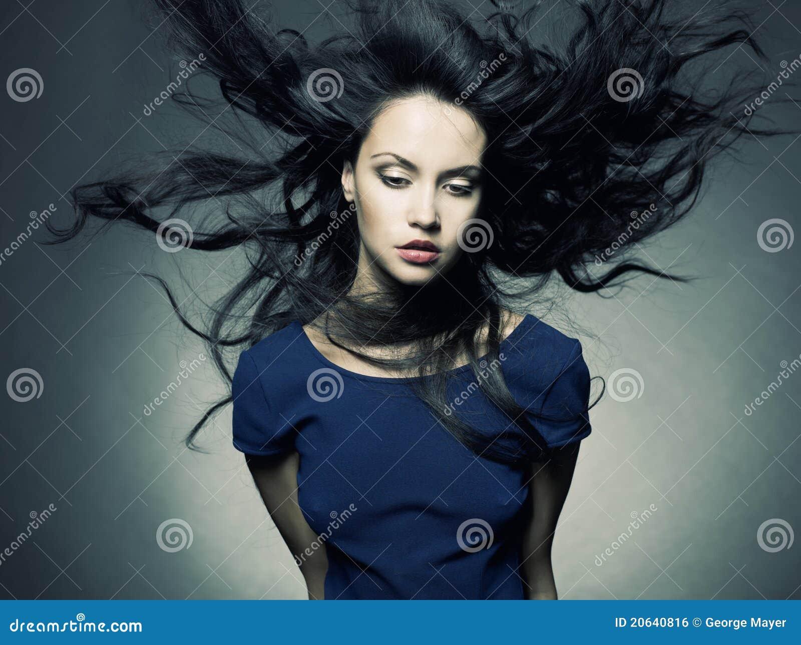 Bella signora con capelli scuri magnifici