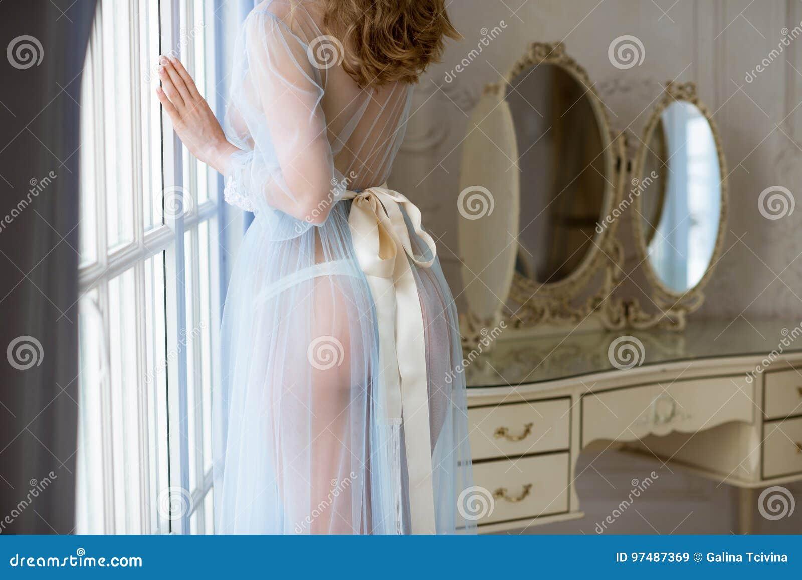 Bella signora sexy in abito blu elegante