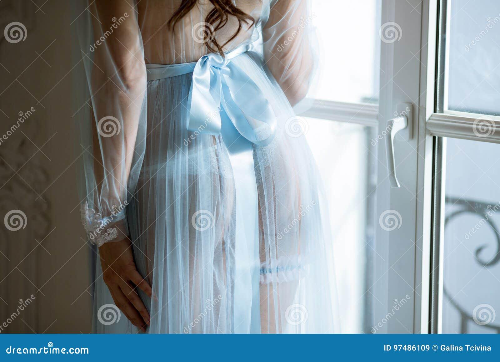 Bella signora sexy in abito e giarrettiera blu eleganti