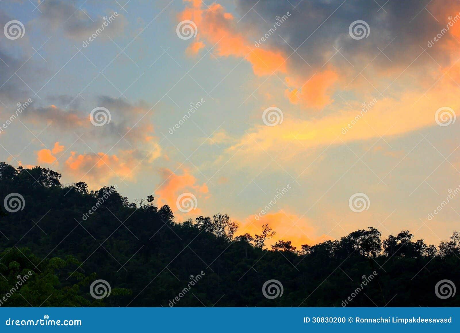 Bella siluetta del cielo di alba