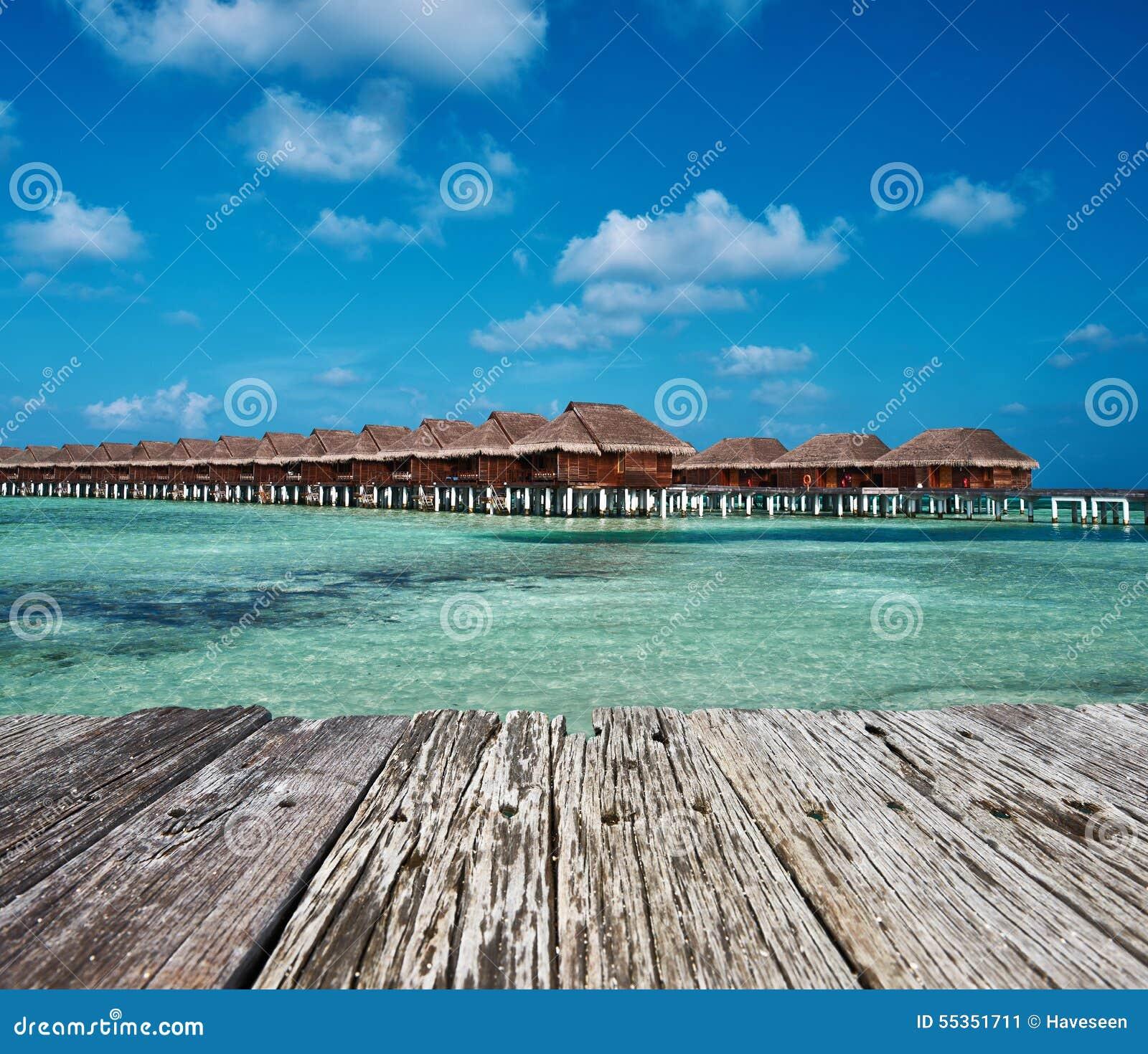 Bella spiaggia con i bungalow dell acqua