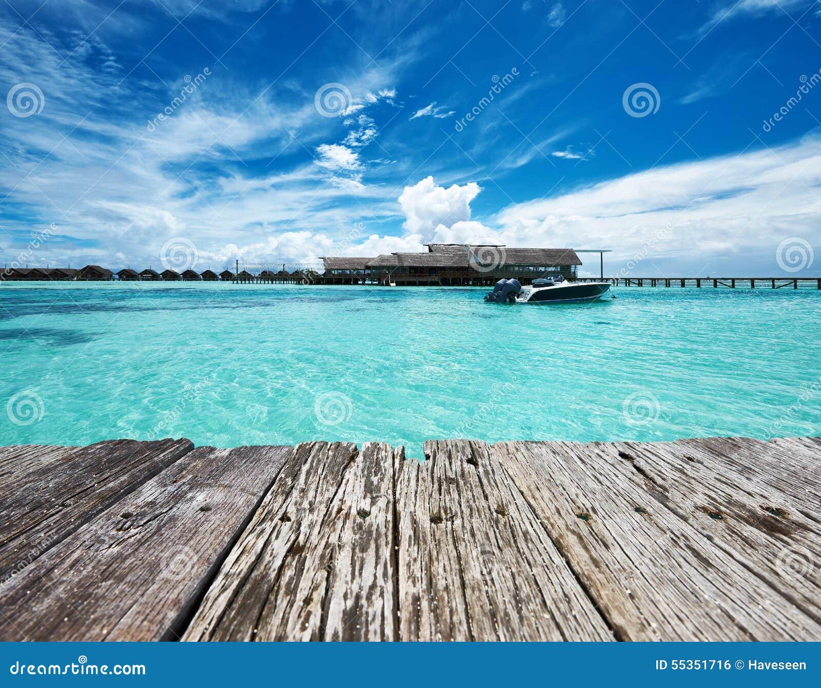 Bella spiaggia dell isola con l imbarcazione a motore