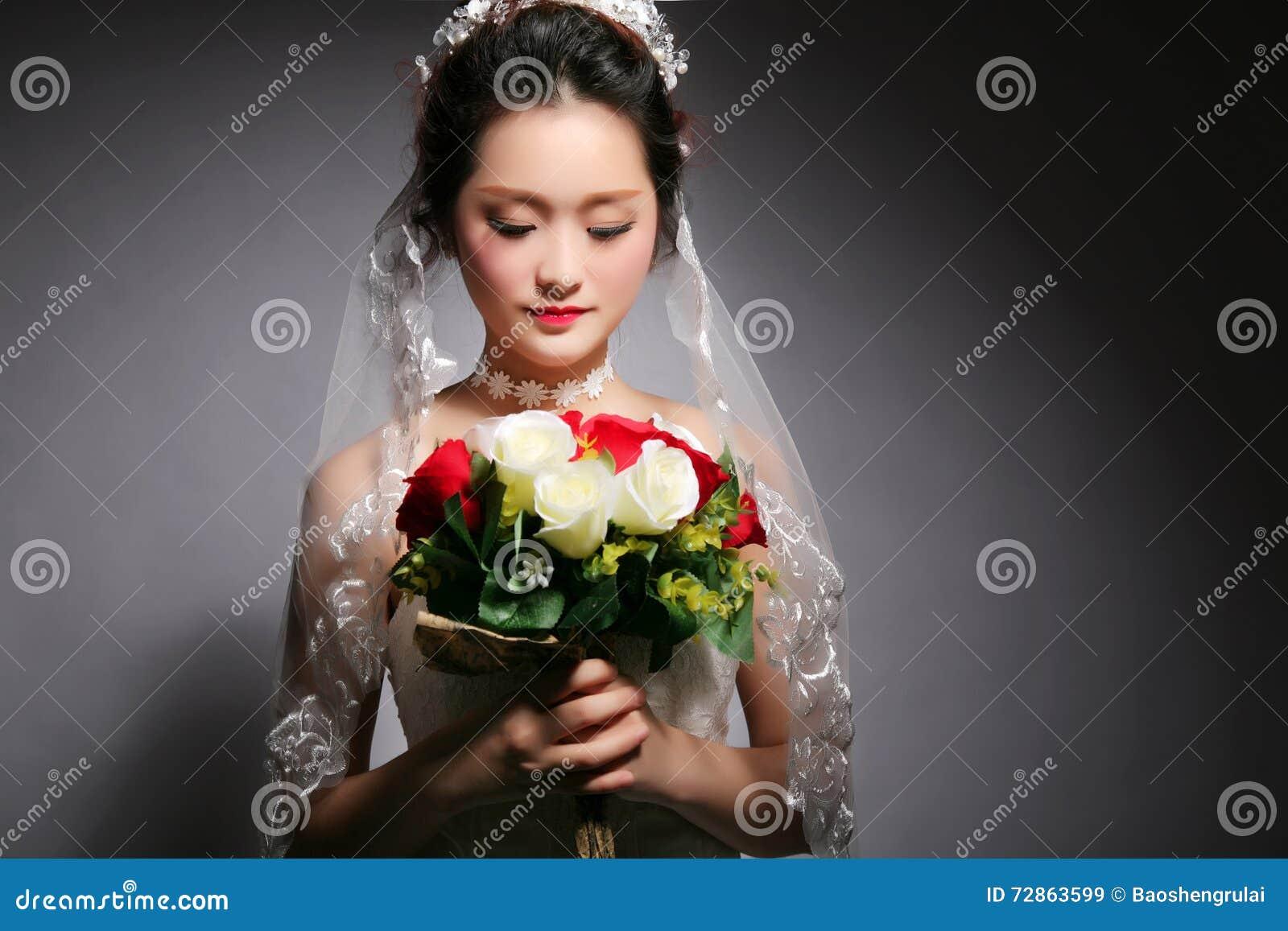 Bella sposa asiatica alla cerimonia nuziale