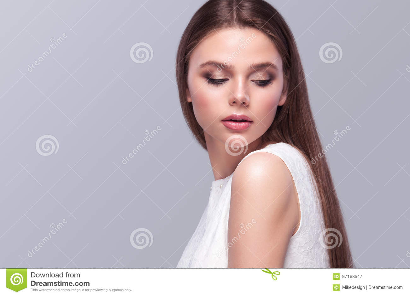 Bella sposa con l acconciatura di nozze di modo - su fondo grigio Ritratto del primo piano di giovane sposa splendida nozze Sho d