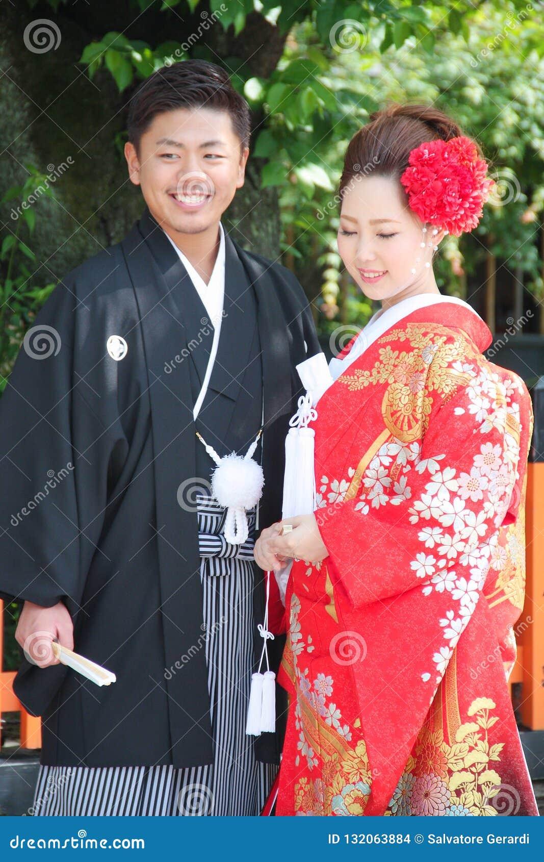 Vestiti Da Sposa Giapponesi.Bella Sposa E Sposo Che Portano Vestito Da Sposa Giapponese