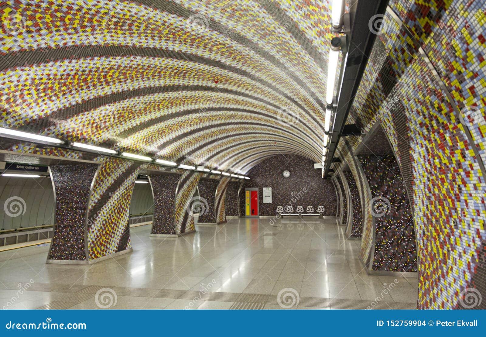 Bella stazione della metropolitana con il modello di mosaico sulle pareti a Budapest