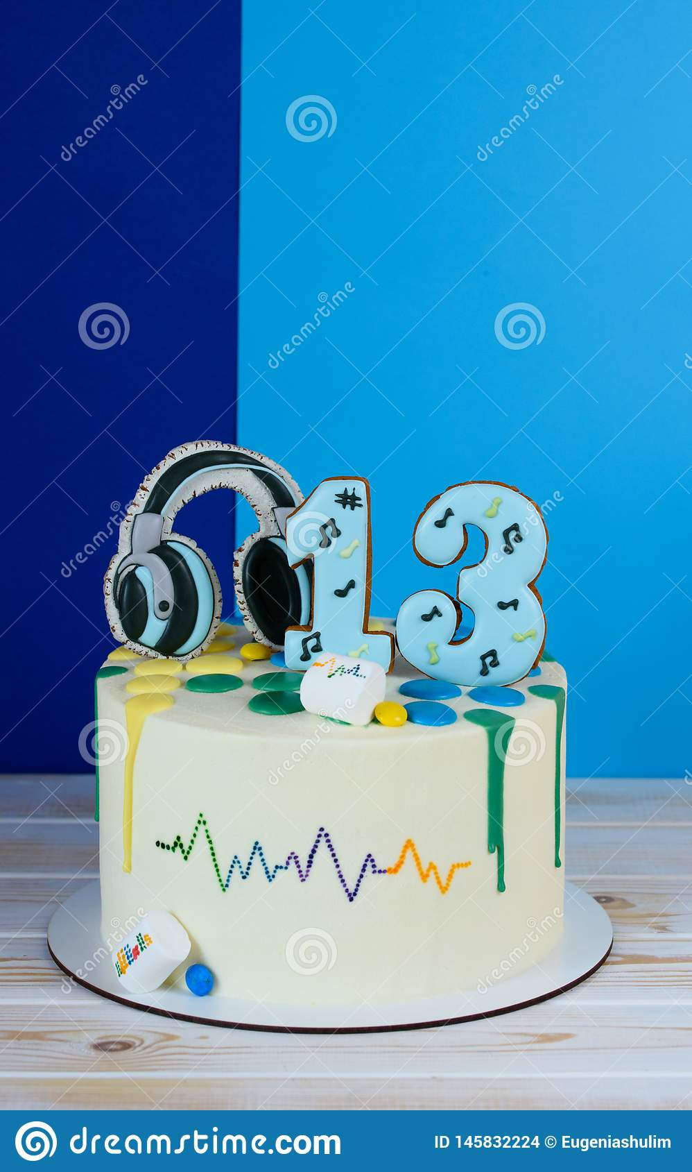Bella torta di compleanno in uno stile musicale Torta di compleanno