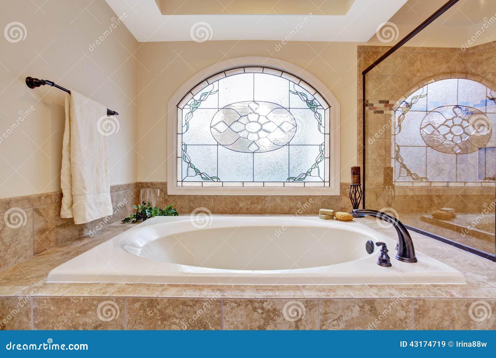 Bella vasca da bagno in bagno di lusso fotografia stock for Bagno padronale di lusso