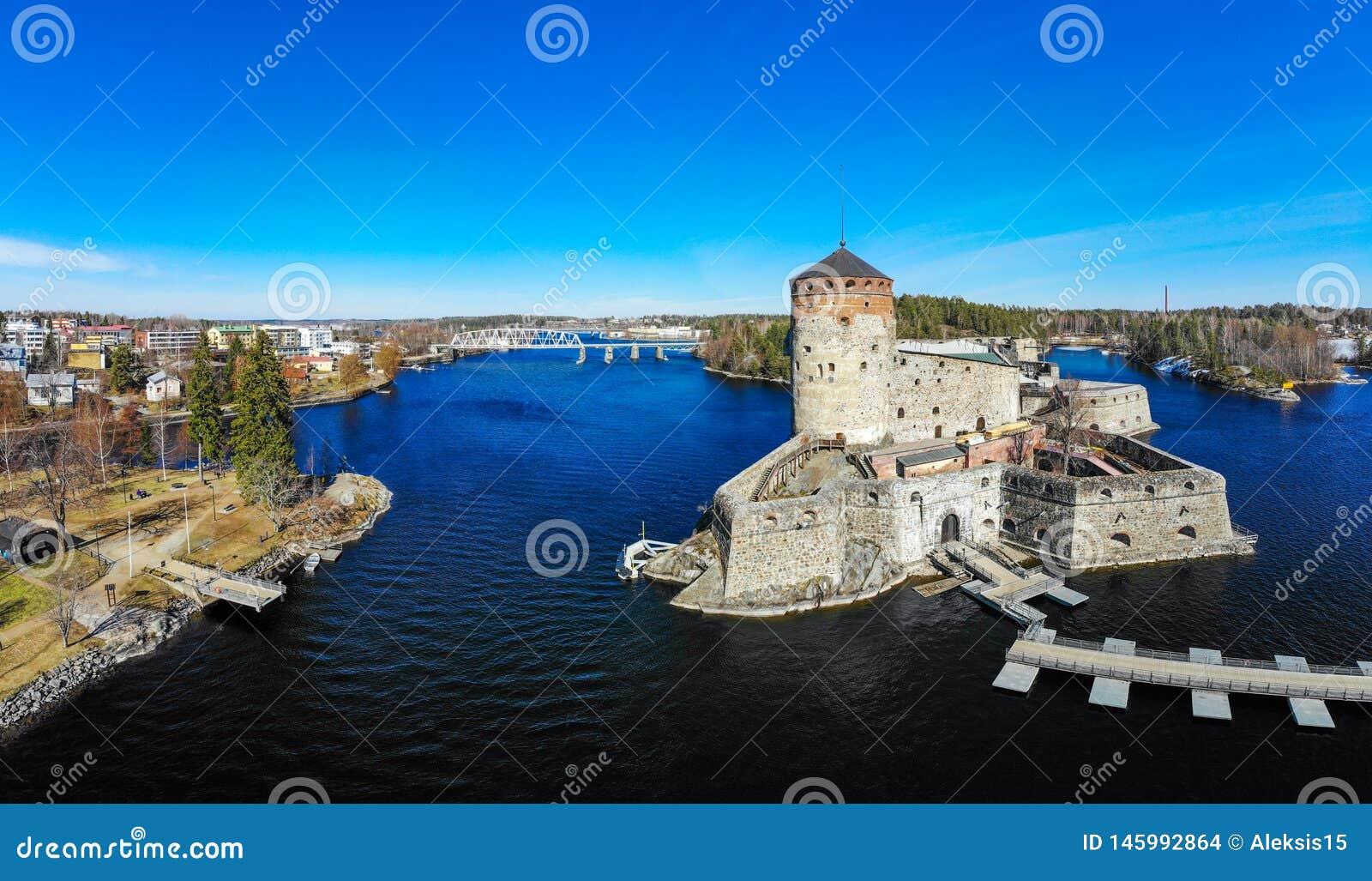 Bella vista aerea di Olavinlinna, fortezza antica di Olofsborg, il tre medievali del XV secolo - castello della torre individuato